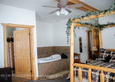 Bear Den Bed and Bathtub   Second Wind Country Inn, Ashland, WI