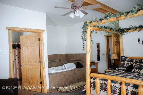 Bear Den Bed and Bathtub | Second Wind Country Inn, Ashland, WI